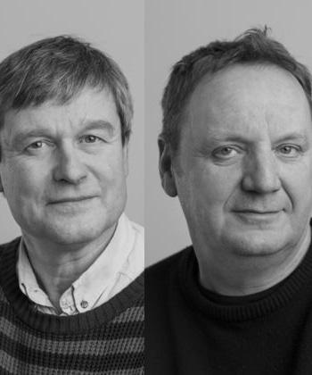 Arne Hardis og Hans Mortensen er den politiske journalistiks dynamiske duo. De har dækket (mindst) otte folketingsvalg, men skriver også om fåreavl og digteren Jeppe Aakjær.
